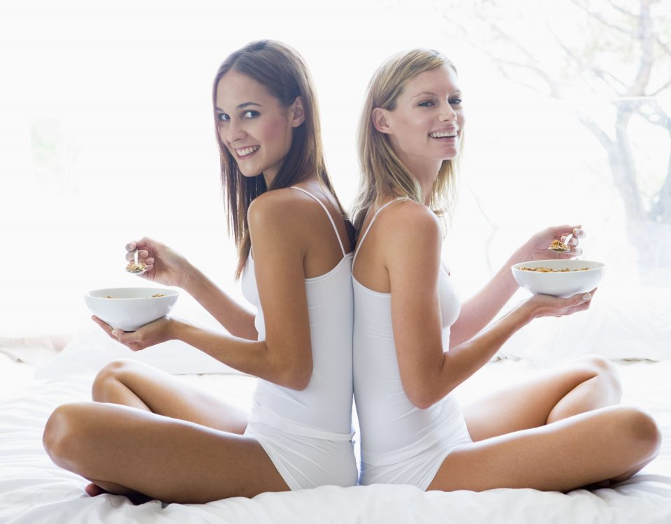 chicas tomando cereales en la cama